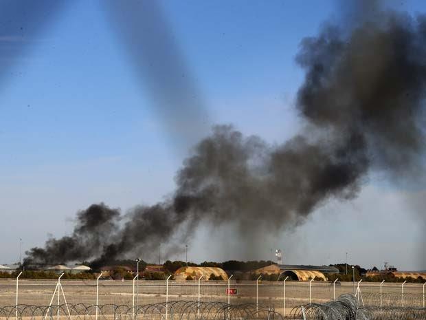 Fumaça sai de uma base militar em Albacete, na Espanha, local em que avião militar caiu nesta segunda (26) (Foto: AP Photo/Josema Moreno)