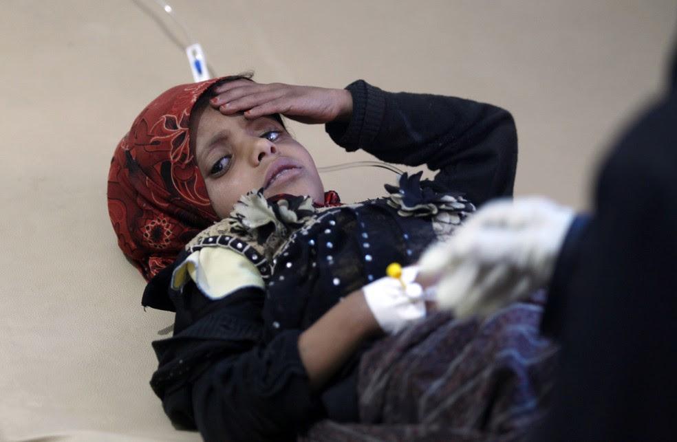 Criança suspeita de estar infectada por cólera recebe tratamento nesta segunda-feira (15) em Sanaa (Foto: Mohammed HUWAIS / AFP)