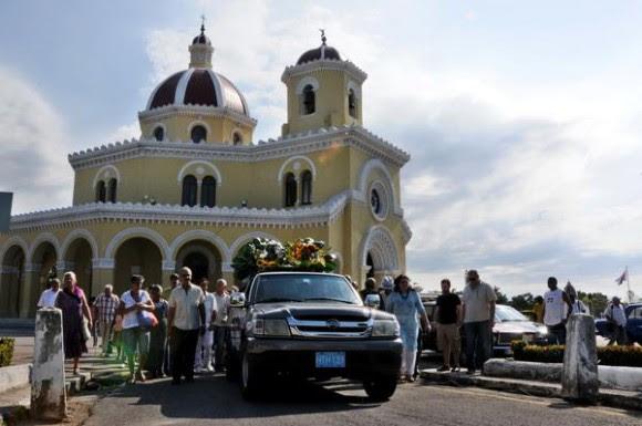 Familiares y amigos del declamador cubano Luis Carbonell, acompañan el coche fúnebre que conduce los restos mortales del apodado Acuarelista de la Poesía Antillana, en el cementerio Cristóbal Colón, en La Habana, Cuba, el 24 de mayo de 2014.  AIN FOTO/Omara GARCÍA MEDEROS/sdl