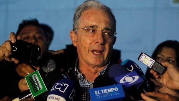 """Álvaro Uribe fustigó que el mandatario francés arribe a """"la Colombia entregada"""" de las FARC-EP."""