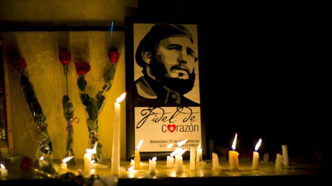 古巴哈瓦那大學內一角落被放上卡斯特羅畫像與鮮花蠟燭(26/11/2016)