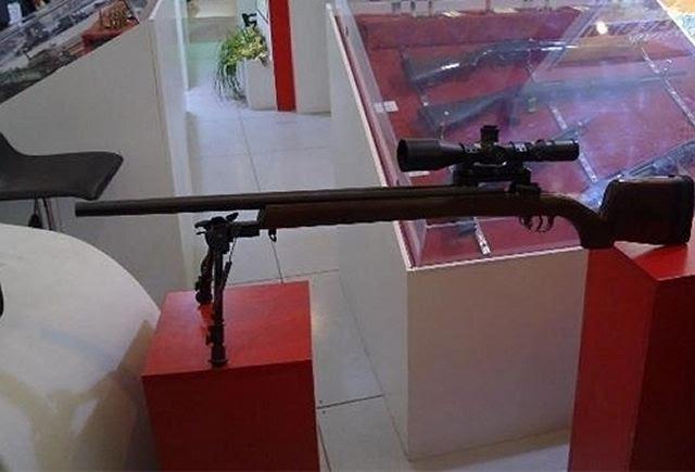 Irán presenta el Siyavash un nuevo ultra rifle ligero de francotirador de fabricación casera durante una visita del CGRI comandante mayor general Mohammad Ali Jafari a una exposición de los últimos logros militares de Organización de la Fuerza Terrestre del IRGC Investigación y Autosuficiencia Jihad en Teherán el 18 de noviembre.