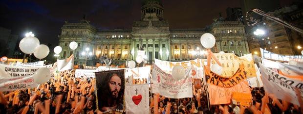 Grupos católicos manifestam-se contra o casamento gay nesta terça-feira (13) em frente ao prédio do Congresso, em Buenos Aires.