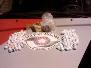 Polícia apreendeu 450 gramas de maconha e R$ 20 (Foto: Divulgação/ Polícia Militar)