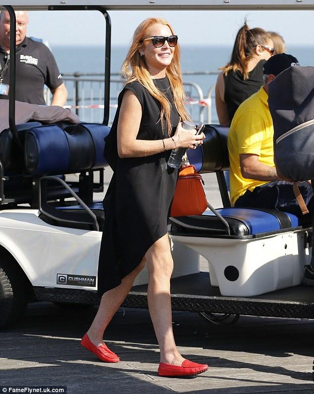 LBD: Juntando o vestido de alta corte com sapatos vermelhos acolhedores, ela usava o cabelo em um estilo seco ao golpe elegante