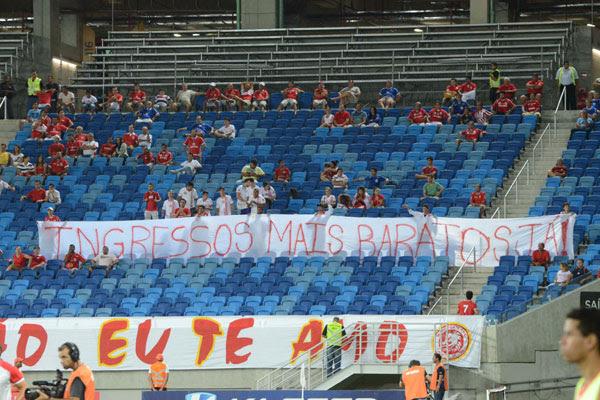 Um grupo de torcedores americanos levou até a Arena das Dunas uma faixa pedindo a direção rubra que diminua o valor dos ingressos nos jogos da equipe