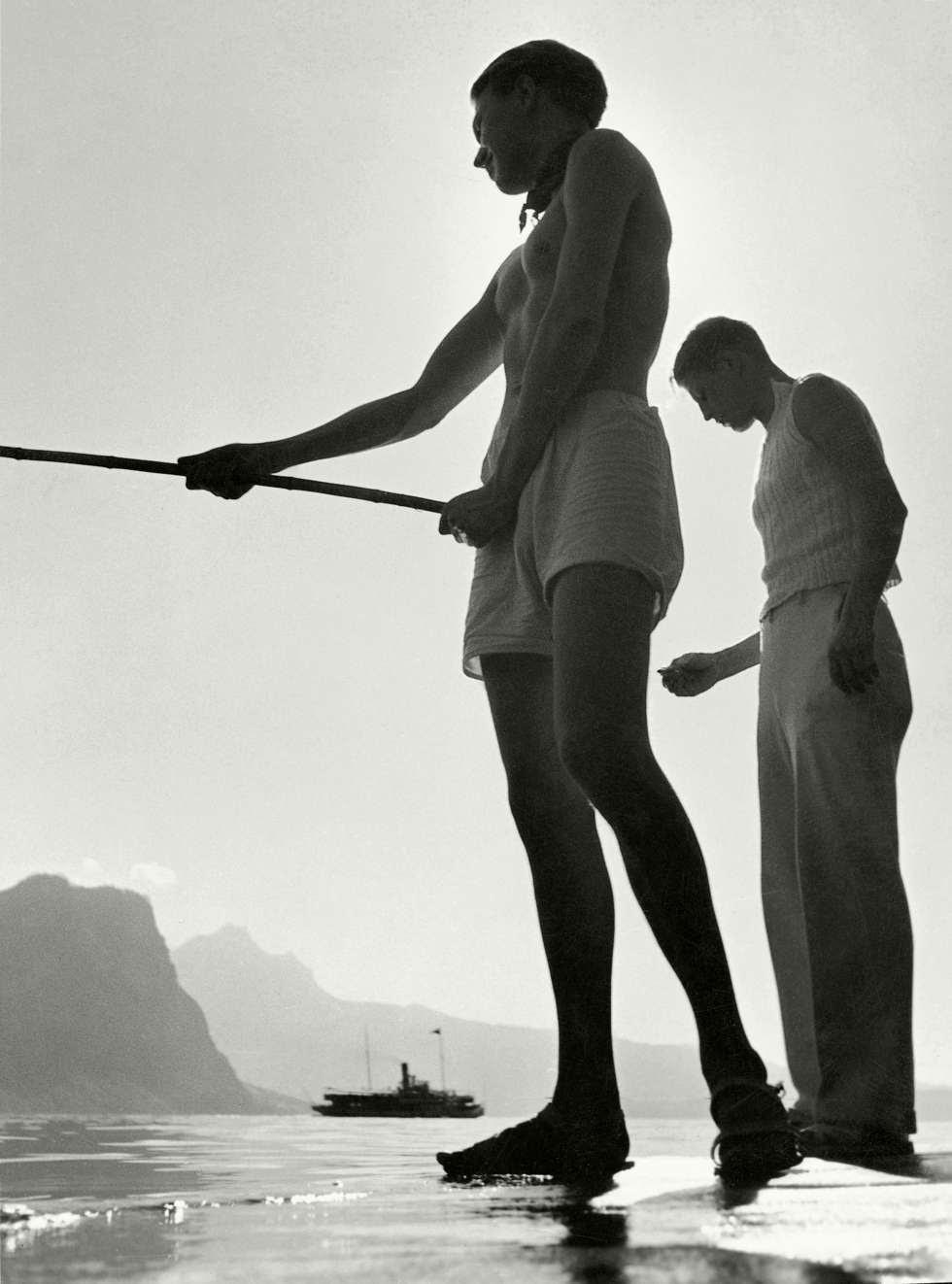 Dos hombres pescan en el lago de Lucerna (Suiza).