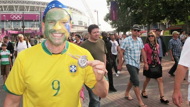 Brasileiro exibe medalha de prata (Foto: Cahê Mota / Globoesporte.com)