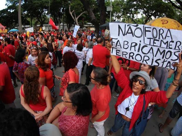 Cartaz em manifestação no Recife pede saída do presidente interino Michel Temer (Foto: Marlon Costa/Pernambuco Press)
