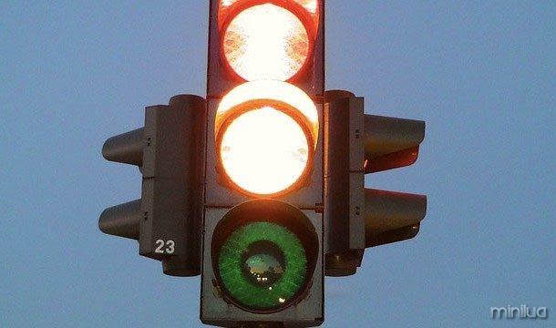 Semáforos de LED têm realmente levou a falhas. Isso é porque eles não emitem calor suficiente para derreter potencial cobertura de neve durante os meses de inverno