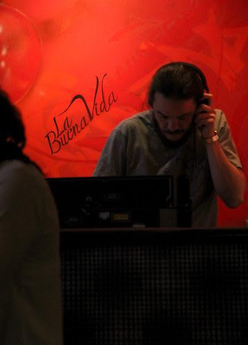 LA BUENA VIDA ES LA BUENA MÚSICA - GUATEQUE EN LA VINOTECA - 23.12.12 by juanluisgx