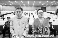 张小川(右)、张天生兄弟一同受审