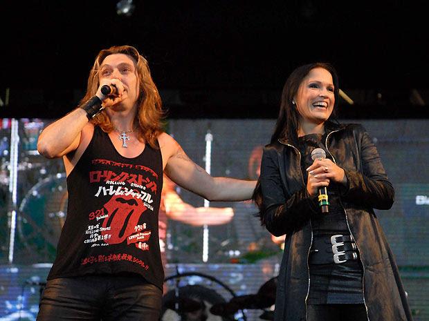 O vocalista Edu Falaschi e a cantora Tarja Turunen durante show no Palco Sunset (Foto: Alexandre Durão/G1)