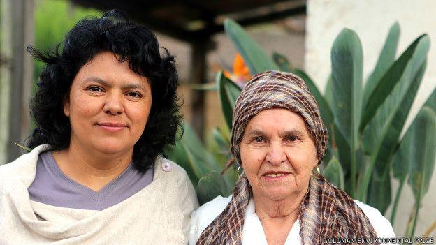 Berta Cáceres junto a su madre doña Berta en La Esperanza, Intibucá, Honduras