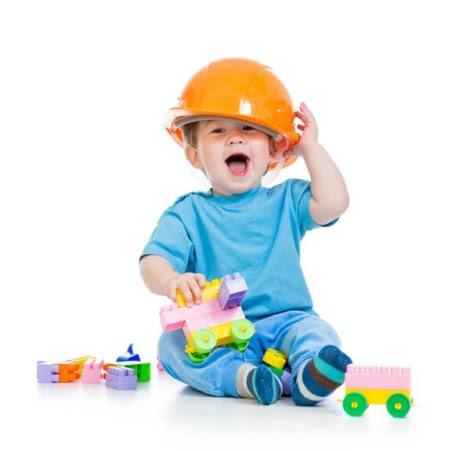 niño con casco jugando