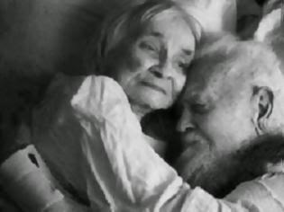 Φωτογραφία για ΘΑ ΔΑΚΡΥΣΕΤΕ: Ζήτησαν από έναν ηλικιωμένο να μιλήσει για την γυναίκα του... Η απάντηση του πάγωσε όσους τον άκουσαν!
