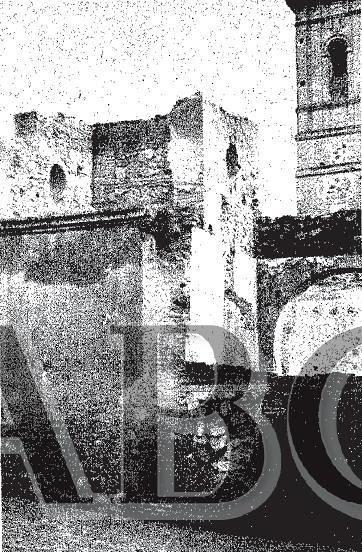 Iglesia de San Lorenzo tras ser incendiada durante la Guerra Civil. Fotografía de Nieto publcada en ABC