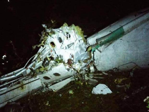 Carcaça do avião da LaMia que levava a equipe do Chapecoense é vista após o acidente aéreo na Colômbia. Na lateral é possível identificar parte do prefixo da aeronave (CP-2933) (Foto: Reprodução/Twitter/Departamento de Polícia de Antioquia)