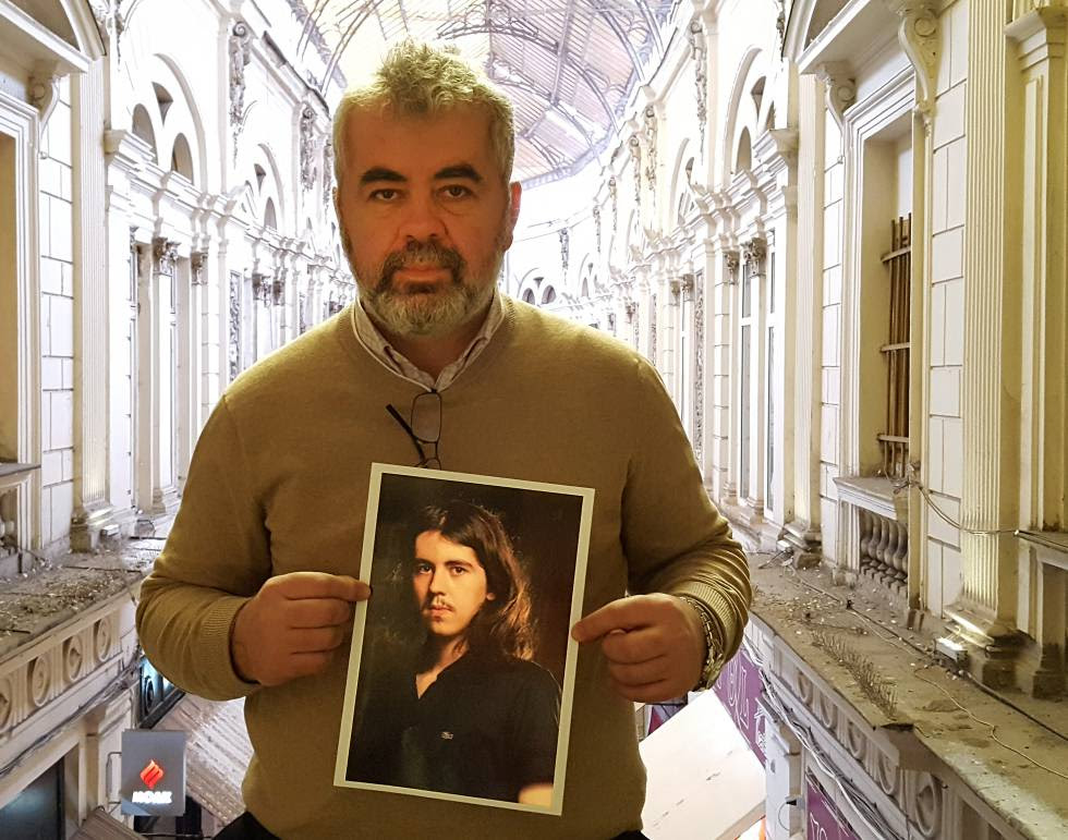Eugen Iancu con una foto de su hijo Alexandru.