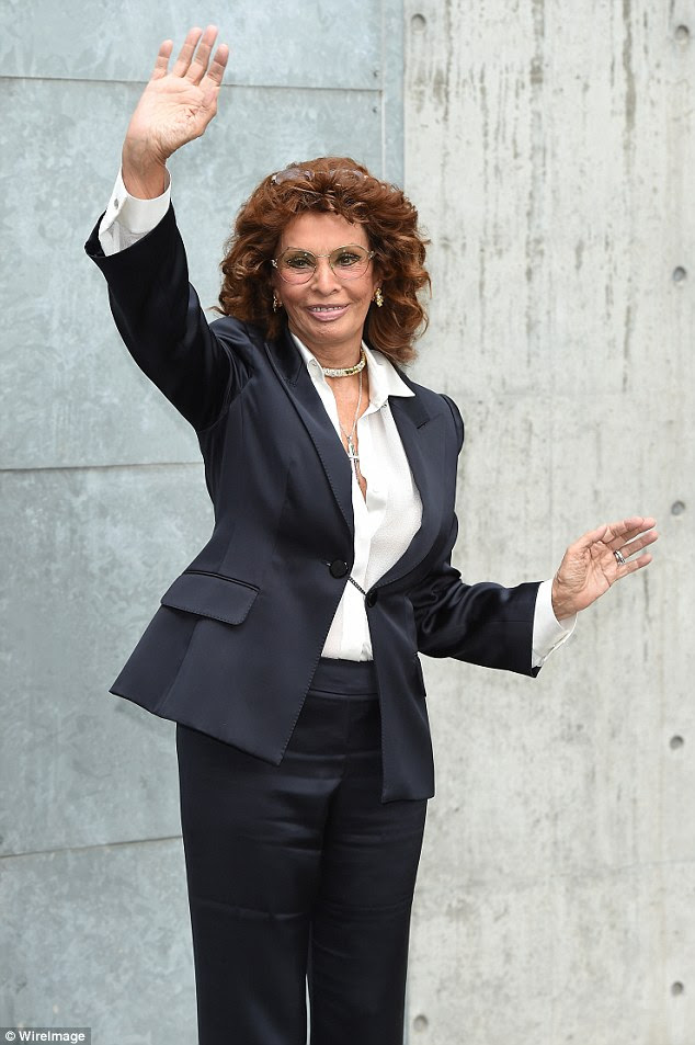 Power dressing: Sophia Loren comandou a atenção em um terninho equipada como ela assistiu o show Giorgio Armani durante Milan Fashion Week na Itália na segunda-feira