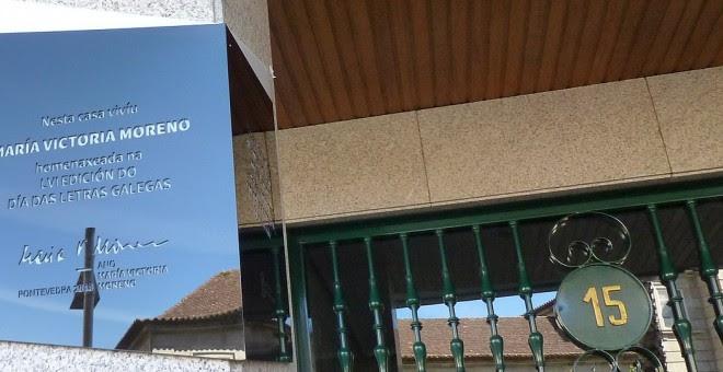 Placa en la vivienda de Pontevedra donde vivió María Victoria Moreno. WIKIPEDIA