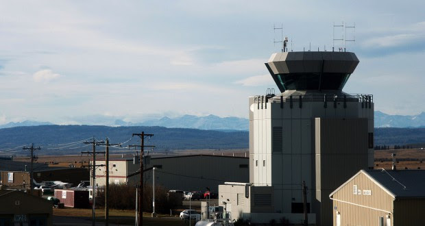 Control tower at Calgary Springbank Airport. (Credit: Wikimedia Commons)