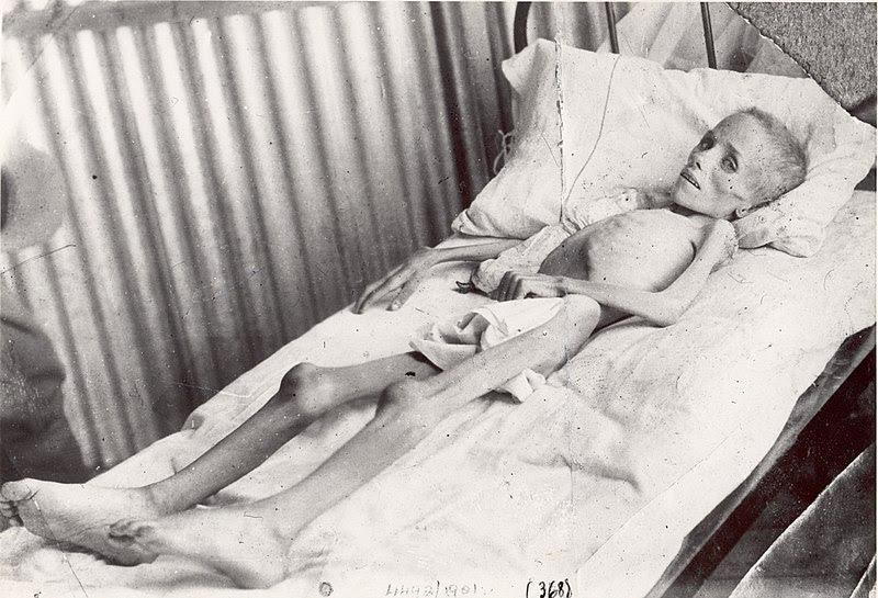 Lizzie van Zyl dans un camp de concentration anglais à Bloemfontein en Afrique du Sud lors de la visite d'Emily Hobbouse