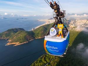 Mascote das Olimpíadas dá uma volta no bondinho do Pão de Açúcar (Foto: Alex Ferro / Rio 2016 / Divulgação)