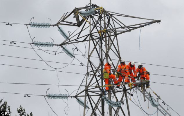 Scottish and Southern Energy said 925 homes remained cut-off overnight in Kintyre, Argyll, and 725 on the Isle of Arran