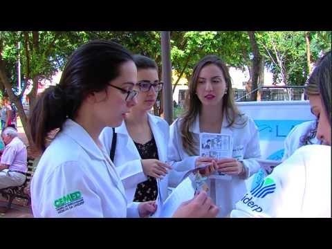Acadêmicos de medicina realizam orientação sobre esclerose múltipla na praça Ary Coelho