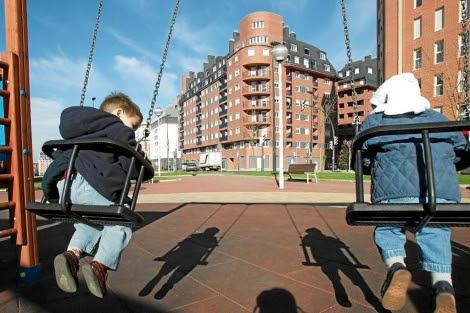 Imagen de archivo de niñoz jugando en un parque. | Mitxi.