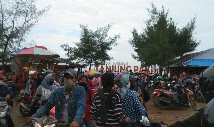 Liburan Tahun Baru Pantai Tanjung Pakis Penuh, Satgas ...