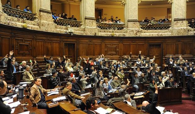 Câmara do Uruguai aprova legalização da venda da maconha. (Foto: Miguel Roho/AFP)