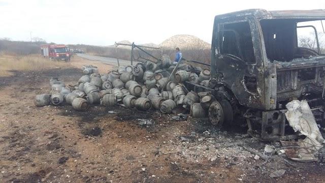 Caminhão carregado de botijões de gás pega fogo entre Caraúbas e Olho D'água, RN