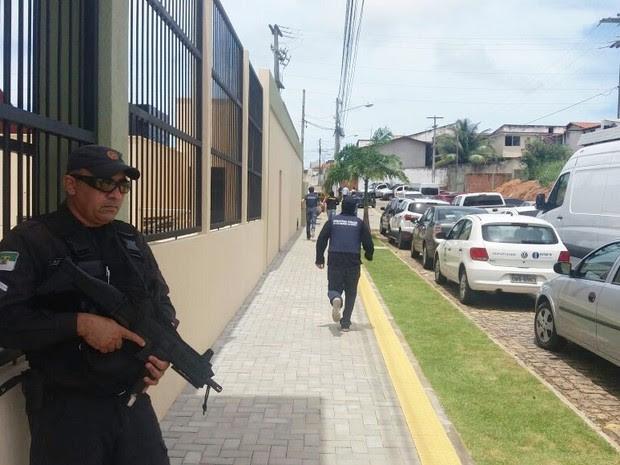 PMs e seguranças do MP fazem buscas pelo servidor, que fugiu após os disparos (Foto: Fred Carvalho/G1)