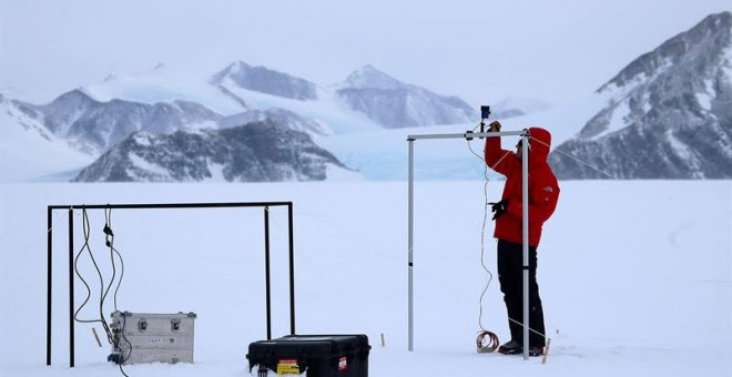 Imagen tomada el 22 de noviembre de 2015 que muestra a un científico instalando un instrumento de medición de la radiación solar y su albedo en el campamento Glaciar Union, a 1000 km del Polo Sur. Investigadores de la Universidad de Santiago de Chile info