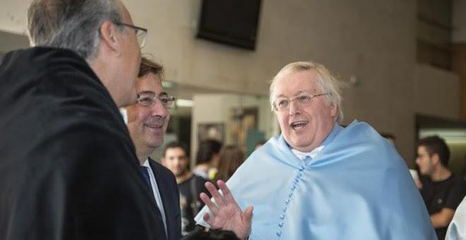 El historiador e hispanista británico Paul Preston (d), conversa con el rector de la Universidad de Extremadura, Segundo Píriz (i), y con el presidente extremeño, Guillermo Fernández Vara (c), antes de ser investido Doctor Honoris Causa en un acto celebr