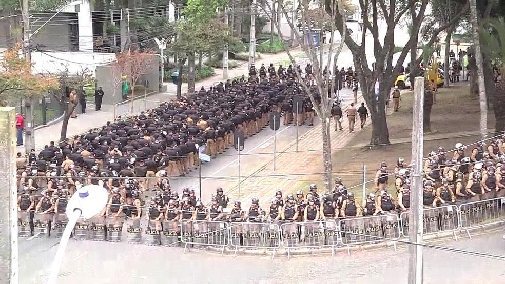 Policiais fazem segurança no entorno do prédio da Justiça Federal em Curitiba nesta manhã. (Foto: Reprodução)