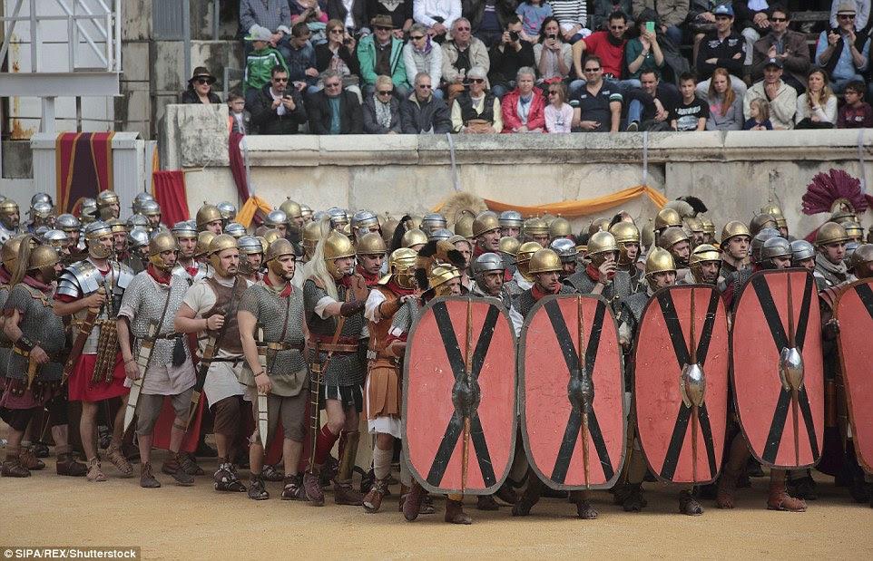 O sucesso do exército romano dependia de uma disciplina rigorosa.  Aqui, os soldados marcham em uma coluna atrás de uma fileira de escudos