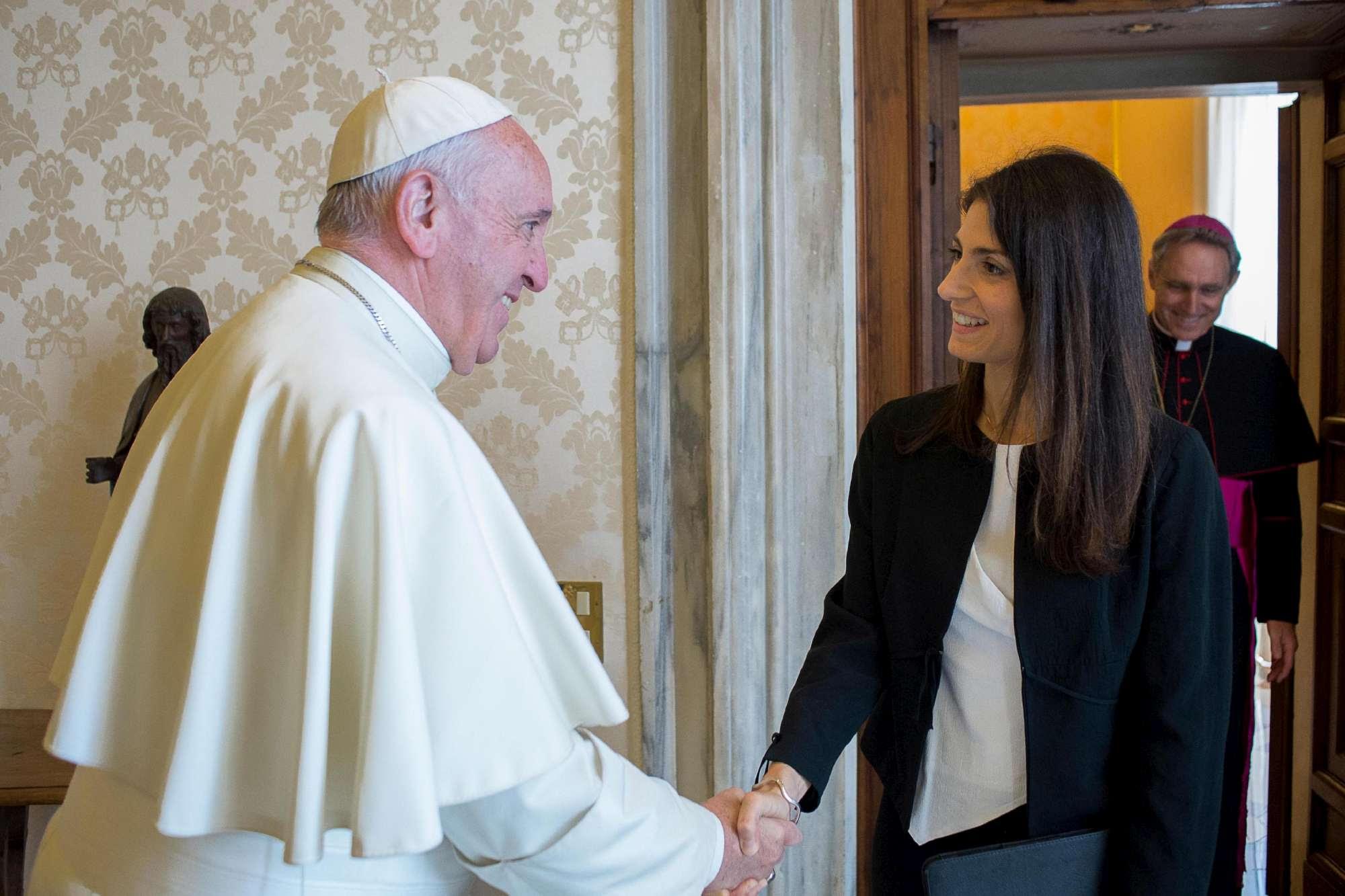 """Virginia Raggi incontra Bergoglio: """"Papa persona di umanità profonda"""""""
