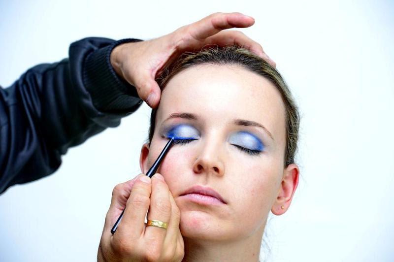 O delineador azul dá ainda mais destaque aos olhos. Passe na raiz dos cílios, numa linha bem fina. :imagem 4