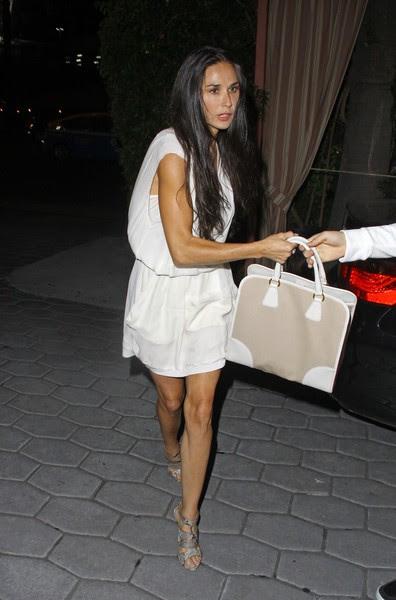 Demi Moore deixa casa noturna em Los Angeles (Foto: Josephine Santos/PacificCoastNews/Honopix)