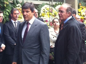 Haddad compareceu ao velório do empresário no início da tarde desta segunda  (Foto: Tatiana Santiago/g1)