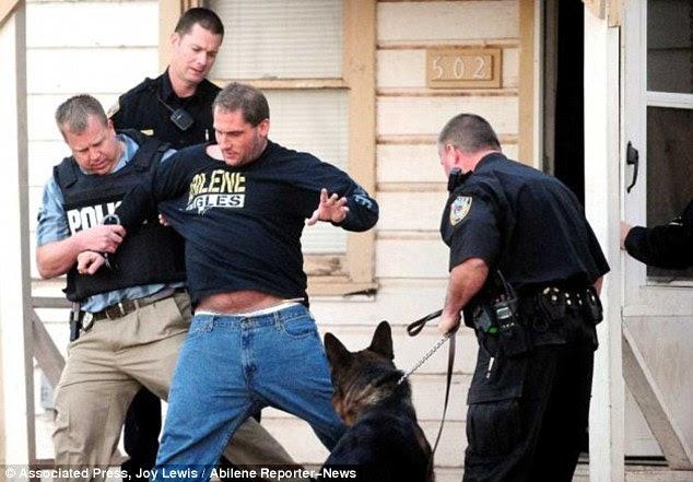 Busted: Polícia oficiais prisão Larry Dobbins Jr., terceiro da esquerda, em casa Dobbins 'em Abilene, Texas