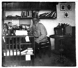 Leo Tolstoi v kabinetie.05.1908.ws.jpg