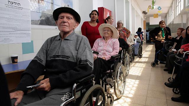 Elderly voters queue in Holon (Photo: Reuters)