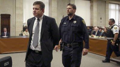 Jason Van Dyke abandona esposado el tribunal en Chicago.