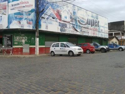 Veículo da Sefaz e viaturas na sede da Jantel (Foto: Ubatã Notícias)