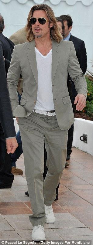 Summery obter-se: Ele usava um terno adequado para o clima quente como ele mostrou a sua mais penteado e cavanhaque