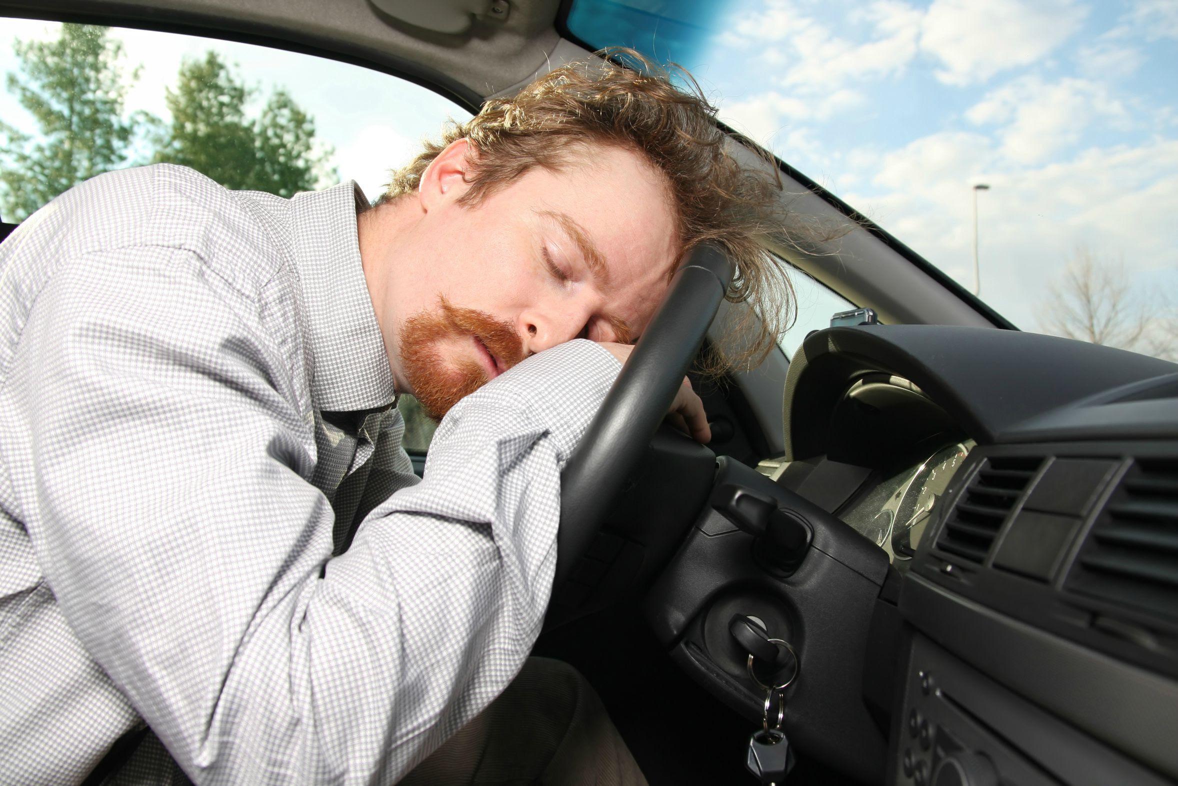 FOTO: Homem dormindo ao volante